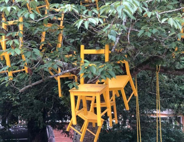 locadventure-moulin-jaune-chaises-volantes