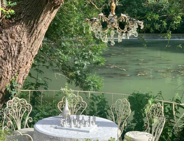 locadventure-moulin-jaune-salon-de-jardin-riviere