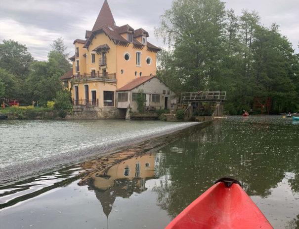 locadventure-moulin-jaune-vu-de-l-eau-en-canoe-kayak
